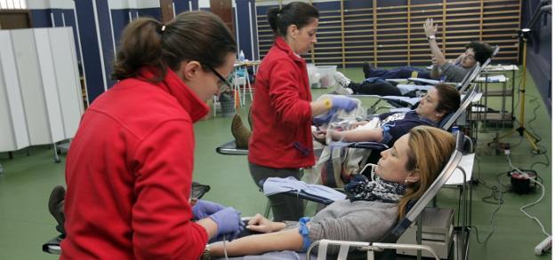 Algunos de los donantes en plena extracción en el gimnasio del colegio de La Inmaculada. / MARIO ROJAS