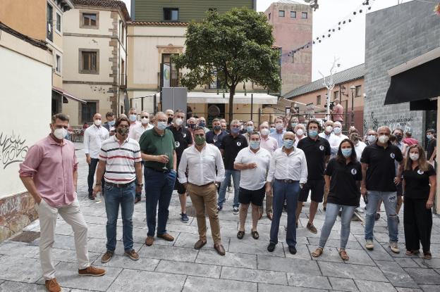 Los miembros de once sociedades gastronómicas se reunieron en el local de Sogastur, en Cimavilla, para disfrutar de la buena comida. / C. SANTOS