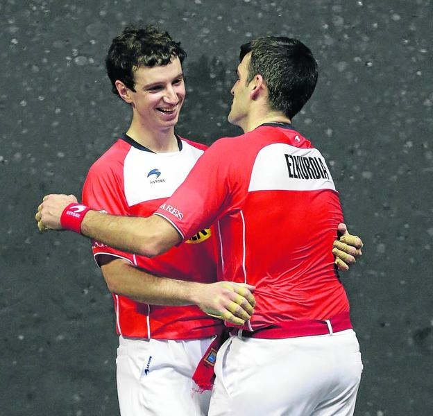 Ezkurdia and Martija congratulate each other after reaching the final of the Couples at the Bizkaia fronton.