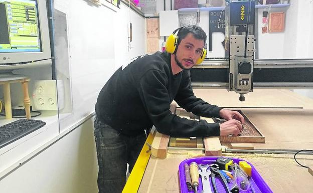 Alejandro Rodríguez, en su taller ubicado en Tordesillas./L .N.