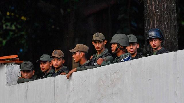 Resultado de imagen para Efectivos de la Guardia Nacional de Cotiza se sublevan contra Maduro.