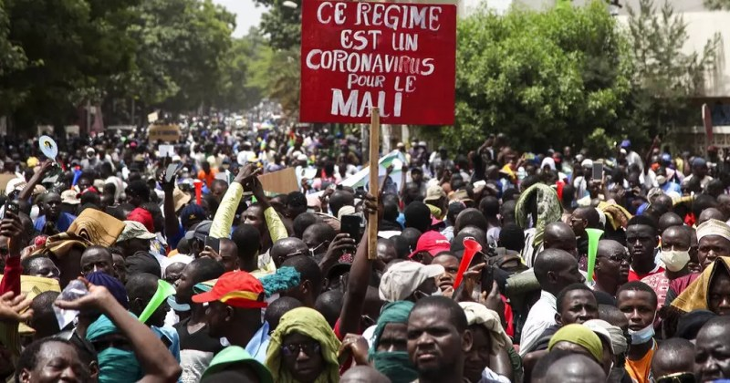 Mali protesters 'take over' public broadcaster, attack parliament |  Africanews