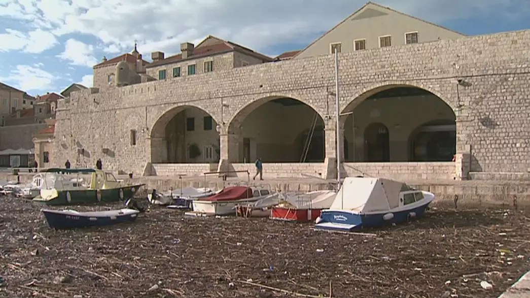 Las olas de basura se lavan en el puerto de Dubrovnik