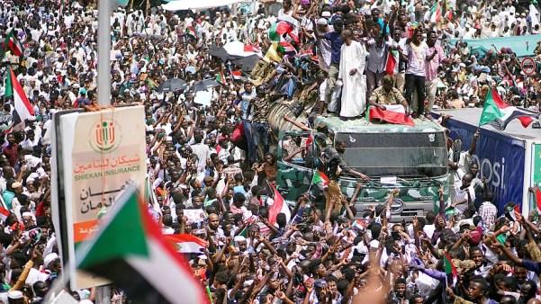 رويترز: مئات الآلاف يحتشدون بالقرب من وزارة الدفاع في الخرطوم
