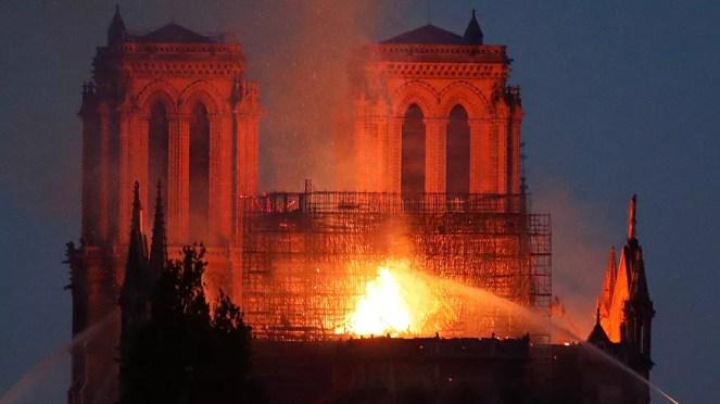 Resultado de imagem para catedral de notre dame incendio