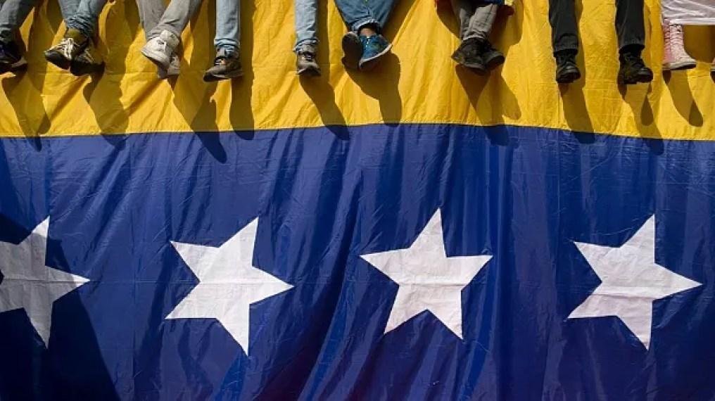 ونزوئلایی ها در کنار پرچم کشورشان