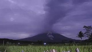 Indonesia S Mount Semeru Spews Hot Ash 5 6km Into The Air Euronews