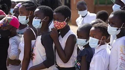 أطفال يرتدون الكمامات أثناء حضورهم حدثا اجتماعيا في إبوورث، هراري، زيمبابوي- 11 يونيو، 2021