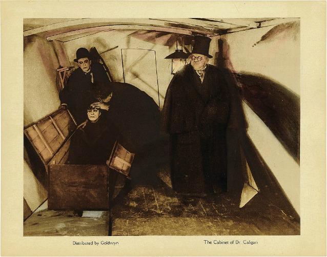 """Una delle tante opere d'arte in cui il sonnambulismo ha una parte da protagonista: il capolavoro dell'espressionismo """"Il gabinetto del dottor Caligari"""" del 1920"""