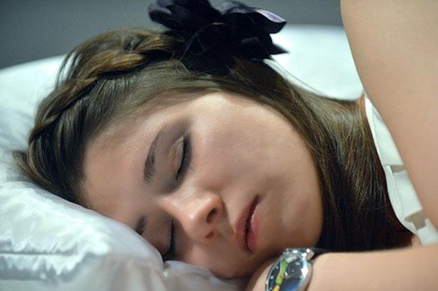 Dormire poco invecchia la pelle e causa gravi malattie: tutti i consigli per riposare al meglio.