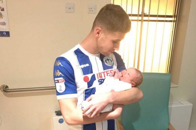 Il presidente del Wigan posta una foto di Colclough in ospedale con il figlio appena nato