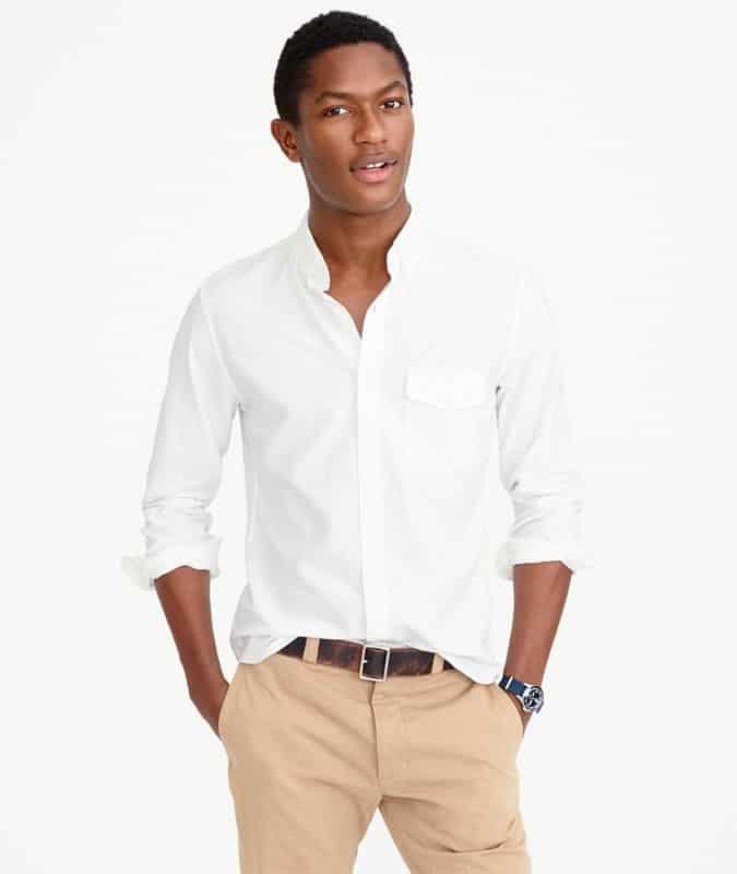 Homme portant une chemise oxford blanche et un pantalon chino kaki