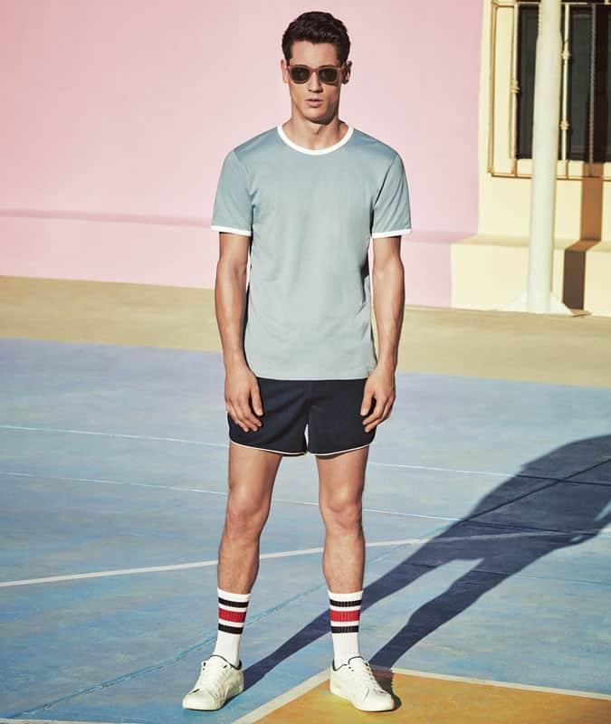 Shorts athlétiques + T-shirt à col rond + tenue de formateurs