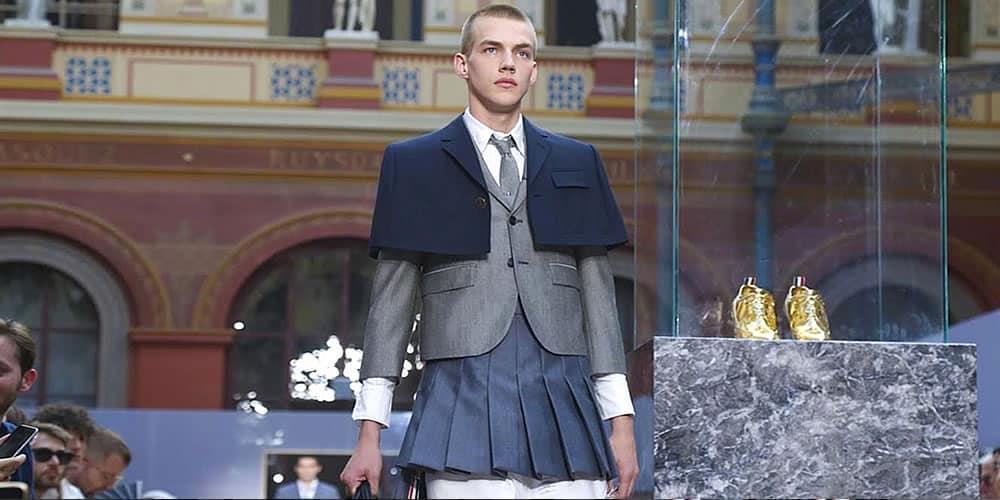 Mannequin portant des chemises et des jupes plissées au défilé Thom Brown