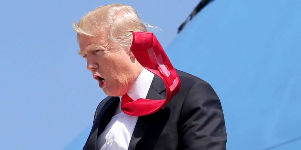 Donald Trump portant une cravate collée avec du scotch