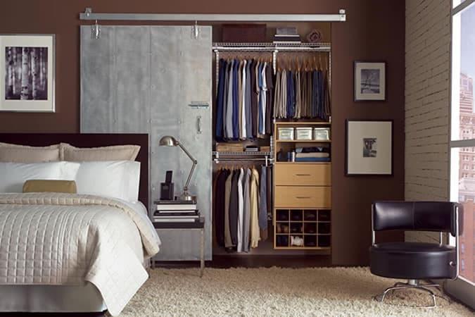 Chambre élégante pour hommes avec armoire ouverte