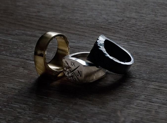 Chevalières pour hommes en or, argent et métaux oxydés