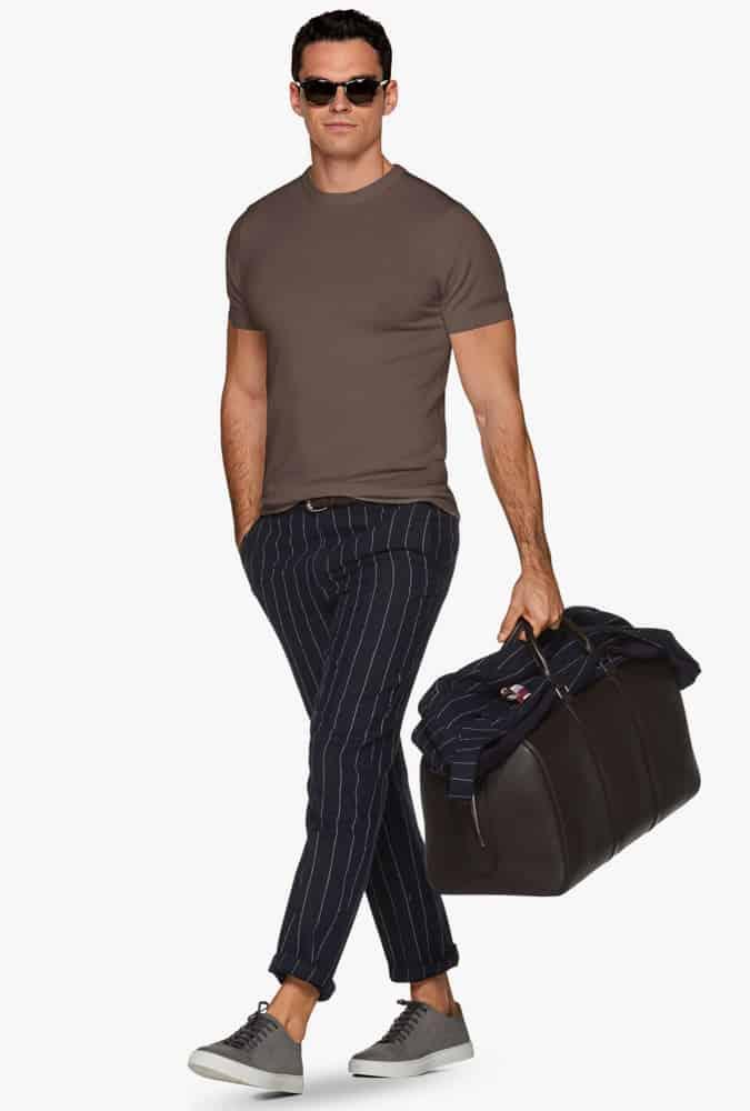 Comment porter un pantalon de costume à fines rayures seul