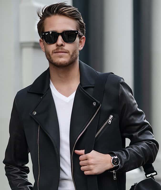 Homme portant une veste de motard et des lunettes de soleil Wayfarer