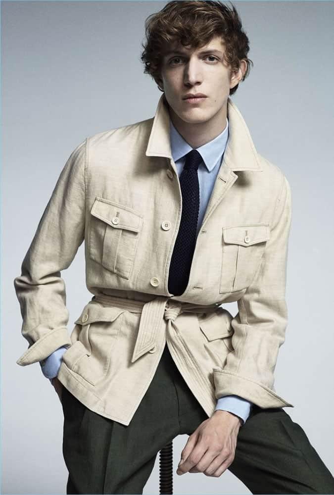 veste safari portée avec une chemise et une cravate par Lardini