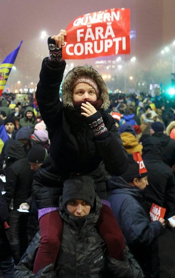 Een vrouw wil 'een regering zonder corruptie' (foto: Reuters)