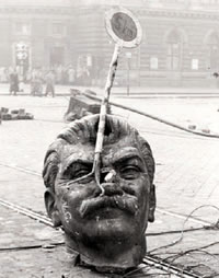 1956_hungarians_stalin_head2