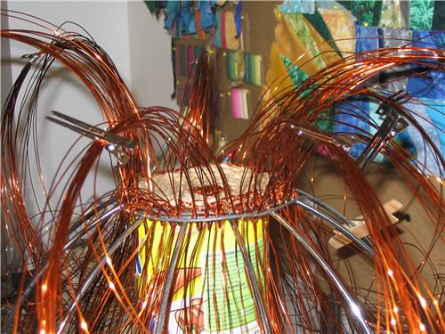 Basket in the making, with copper wire strands held by hairdresser clips - Panier en construction, avec mèches de fils de cuivres tenues par des pinces à cheveux