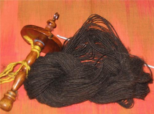 Echeveau de laine fine, avec fuseau et crochet - Skein of fine yarn with a spindle and a crochet