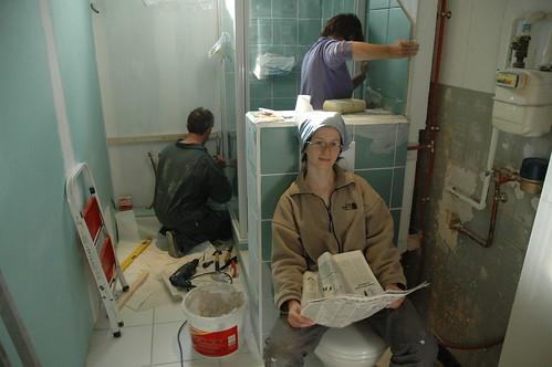Marie glande dans la salle de bain