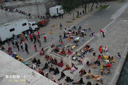 塞納河畔,有活動在進行著。