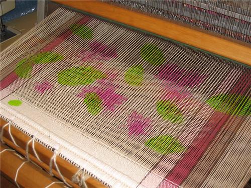 Feuilles vertes peintes sur la moitié des fils de chaîne - Green leaves painted on half the warp threads