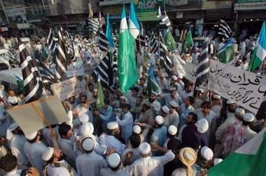 Paquistaníes protestan contra título a Rushdie
