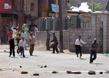 musulmanes de Cachemira protestan contra el título de Rushdie
