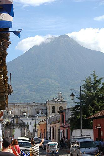 La Antigua  - 08 Volcan over city