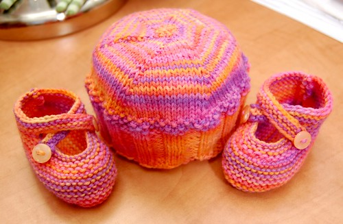 Cupcake Hat & Saartje's Bootees (by jeninmaine)