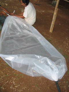Gambar 27: Ujung bawah tanki langsung di lipat dan di ikat dengan tali karet.