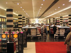 Image of the inside of the Sephora store on Champs-Élysées