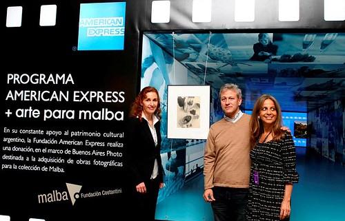 BsAsPhoto - Nadine Pavlovsky, VP de Marketing de American Express, junto a David Weseley, Prosecretario de la Asociación Amigos del Malba, y Marina Pellegrini, Directora de Galería Vazari