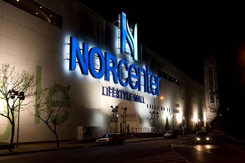 Norcenter LifeStyle Mall - Fachada nocturna