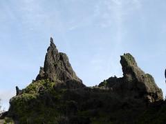 Benteng karang yang mengelilingi pulau.