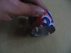 Memotong sisa kaleng untuk dijadikan inner wall