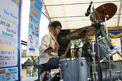 Adam lagi main drum