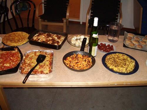 Detalle de una de las mesas con comida