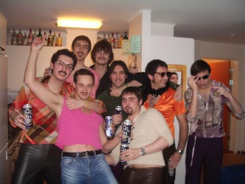 El grupo de Bjorkskataneros disfrazados