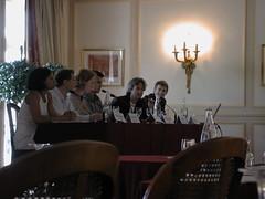 Photo de moi discutant à la table ronde du Forum Benchmark Group