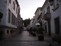 Rua na zona antiga, com vista para o castelo
