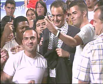 Zapatero se pone la pañoleta palestina en un encuentro con jovenes socialistas