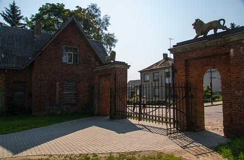 Raudonieji vartai ir sargo namelis