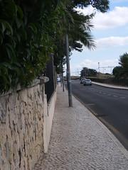 Fileira de obstáculos no passeio!