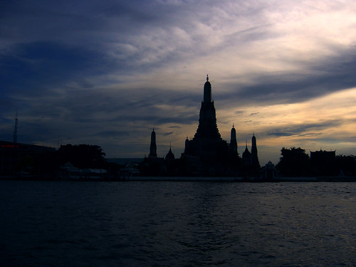 Wat Arun, Chao Praya banks